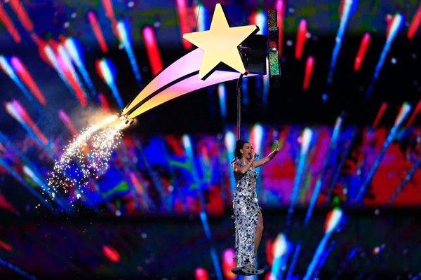 Le Maitre 60ft Comets & Ice Gerbs For Katy Perry's Super Bowl Spectacular